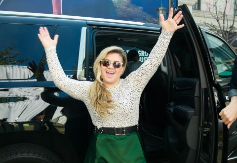 Kelly Clarkson arrives at Chevrolet event. Photo by Piper Ferguson for Getty Images