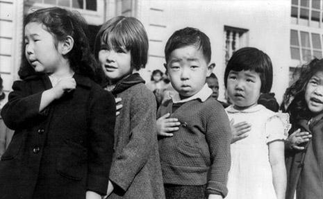 400JapaneseAmericansChildrenPledgingAllegiance1942